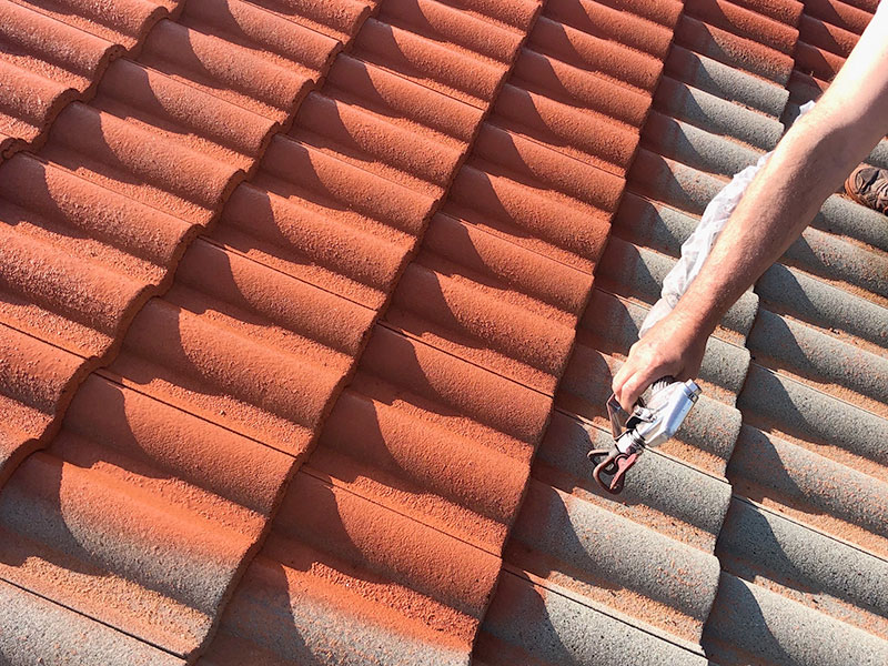 Couverture, toiture, charpente, gouttière - Le Petit Artisan du Coin - Peinture toiture - Couvreur à Saint Sébastien sur Loire - Couvreur Vertou - Couvreur Bouguenais