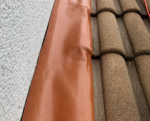 Fuites de toit à Nantes - Le Petit Artisan du Coin - Bande solin Wakaflex pour étanchéité